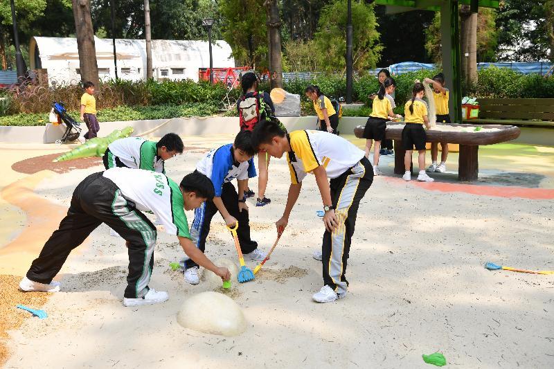 屯門公園共融遊樂場十二月三日啟用,是本港首個把「水」和「沙」兩項自然元素納入設計的無障礙兒童遊樂空間。圖示場內的「獵蛋樂園」,讓兒童一同在沙池玩沙「掘蛋」。