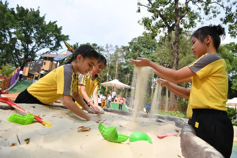 屯門公園共融遊樂場十二月三日啟用,是本港首個把「水」和「沙」兩項自然元素納入設計的無障礙兒童遊樂空間。圖示兒童在「獵蛋樂園」區域的沙枱玩沙,並可從中運用他們的創意。