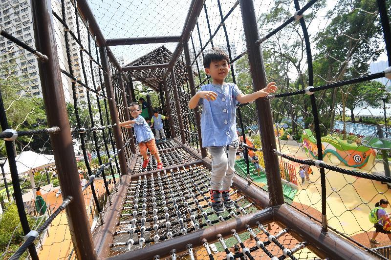 屯門公園共融遊樂場十二月三日啟用。場內的「爬蟲樂園」設有不同高度及難度的攀爬塔和繩網等,供兒童挑戰自我。