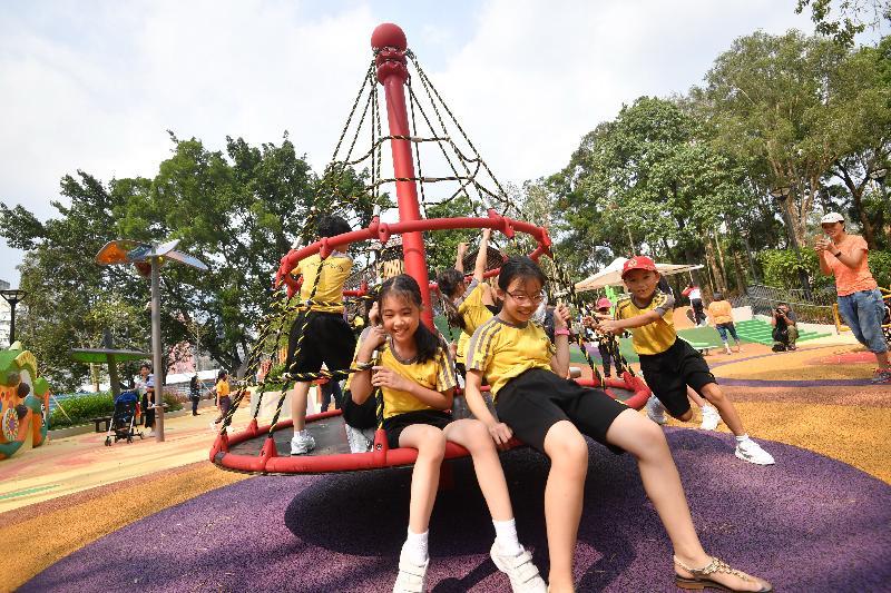 屯門公園共融遊樂場十二月三日啟用。圖示位於「旋轉地帶」的「繩網氹氹轉」,場內同時提供各式各樣的搖擺旋轉設施。