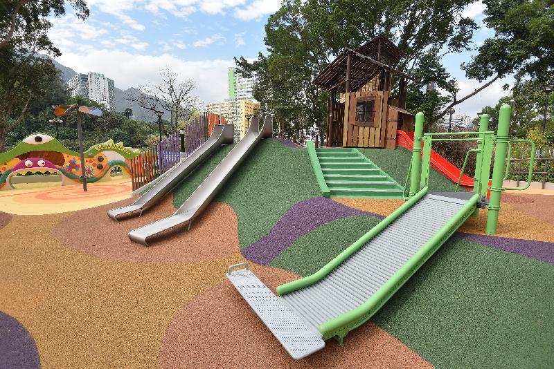 屯門公園共融遊樂場十二月三日啟用。圖示各種類型的滑梯,適合不同身體狀況的兒童暢玩。旁為一幅色彩繽紛的觸感牆,有助刺激兒童的感官。