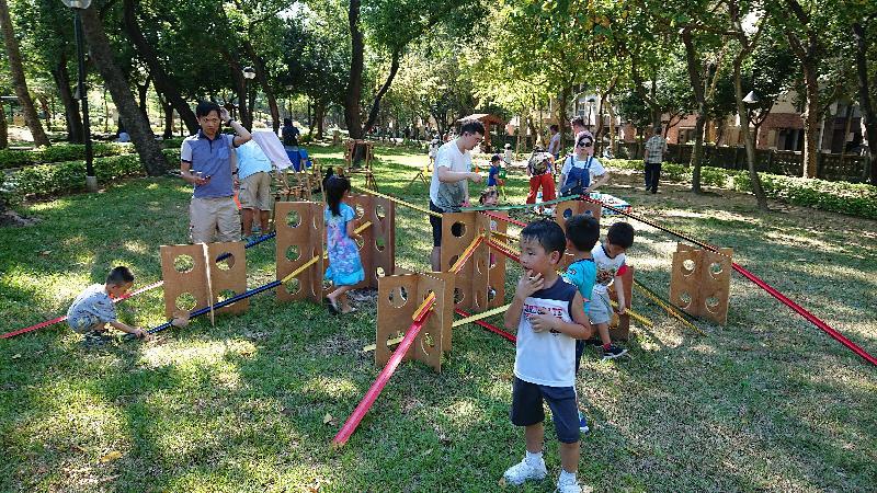 为丰富儿童的游乐体验,康乐及文化事务署全力支持智乐儿童游乐协会和相关非政府机构在署方辖下四个大型公园举办为期三年的「社区共建游乐场」计划。社区共建游乐场是一个崭新概念,让儿童和家长一同利用简单工具创造自己的游乐场,并透过想像力和合作一起探索。