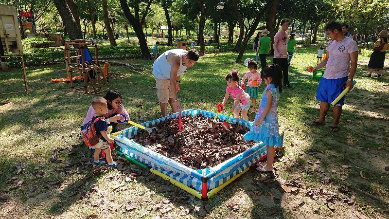 為豐富兒童的遊樂體驗,康樂及文化事務署全力支持智樂兒童遊樂協會和相關非政府機構在署方轄下四個大型公園舉辦為期三年的「社區共建遊樂場」計劃。社區共建遊樂場是一個嶄新概念,讓兒童和家長一同利用簡單工具創造自己的遊樂場,並透過想像力和合作一起探索。