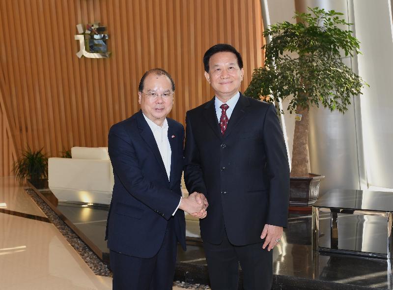 政務司司長張建宗(左)今日(十一月二十九日)率領香港特別行政區政府代表團到訪一間在廈門投資建廠的港資企業,並與該企業董事長合照。