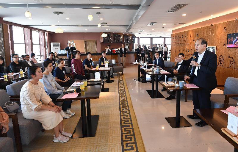 政務司司長張建宗(右一)今日(十一月二十九日)率領香港特別行政區政府代表團到訪華僑大學廈門校區,並與在該校就讀的香港學生交流。