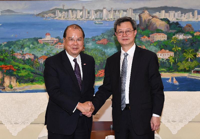 政務司司長張建宗(左)今日(十一月二十九日)率領香港特別行政區政府代表團到訪廈門,並與廈門市市長莊稼漢會面。