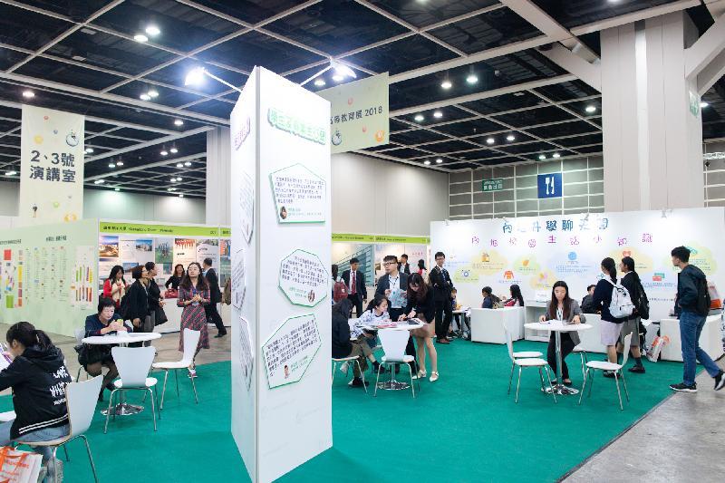 「2018內地高等教育展」今日(十二月一日)起一連兩日於灣仔香港會議展覽中心舉行。圖示市民參觀教育展,了解到內地升學的詳情。