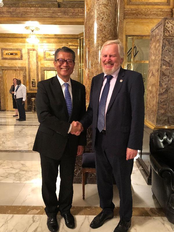 財政司司長陳茂波(左)昨日(布宜諾斯艾利斯時間十一月二十九日)在阿根廷布宜諾斯艾利斯出席二十國集團領導人峰會前,與俄羅斯副財長斯托爾恰克會面。