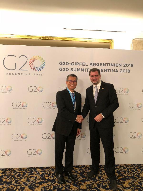 財政司司長陳茂波(左)昨日(布宜諾斯艾利斯時間十一月二十九日)在阿根廷布宜諾斯艾利斯出席二十國集團領導人峰會前,與德國聯邦財政部國務秘書沃爾夫岡‧施密特會面。
