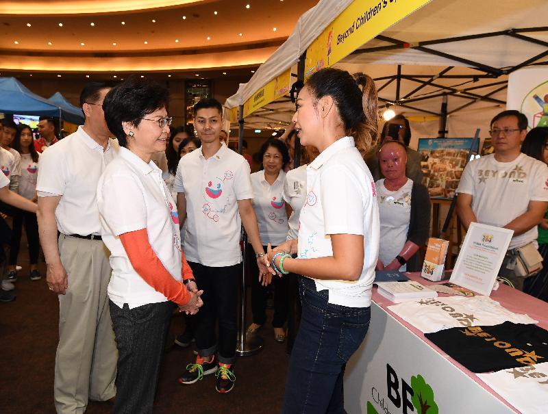 行政長官林鄭月娥(左一)今日(十二月一日)出席12‧1「罕愛同行」博覽會,並參觀攤位。