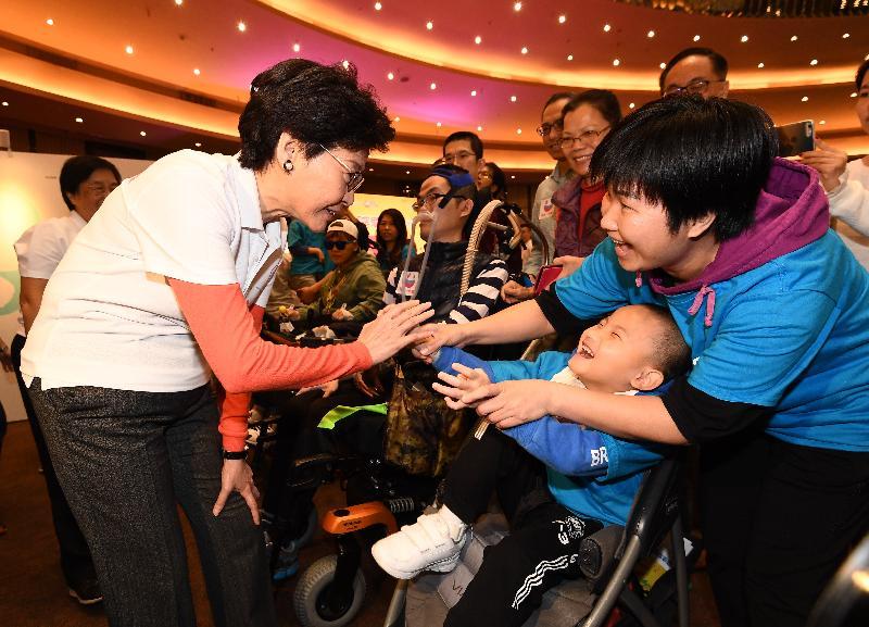 行政長官林鄭月娥(左一)今日(十二月一日)出席12‧1「罕愛同行」博覽會,並與病人及家屬交談。