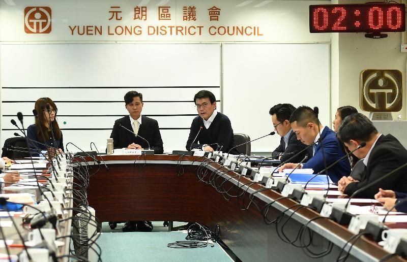 商务及经济发展局局长邱腾华(左三)今日(十二月三日)到访元朗区,与元朗区议会议员会面,听取他们对地区事务的意见。