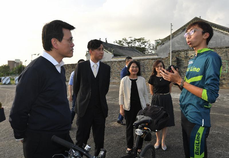 商务及经济发展局局长邱腾华(左一)今日(十二月三日)到访元朗区,与东华三院BiciLine单车生态旅游社会企业的年青导赏员交流。