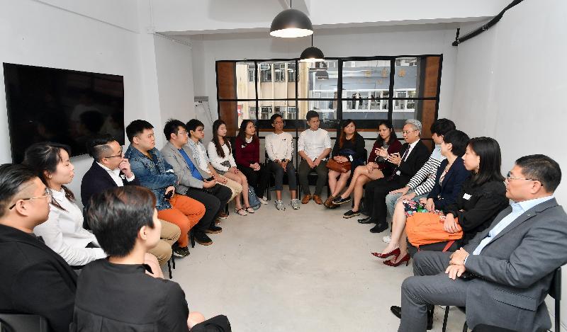 公務員事務局局長羅智光今日(十二月六日)到訪中西區。圖示羅智光(右五)與「中西區青年地區發展網絡」的成員見面交流。旁為中西區區議會主席葉永成(右一)。