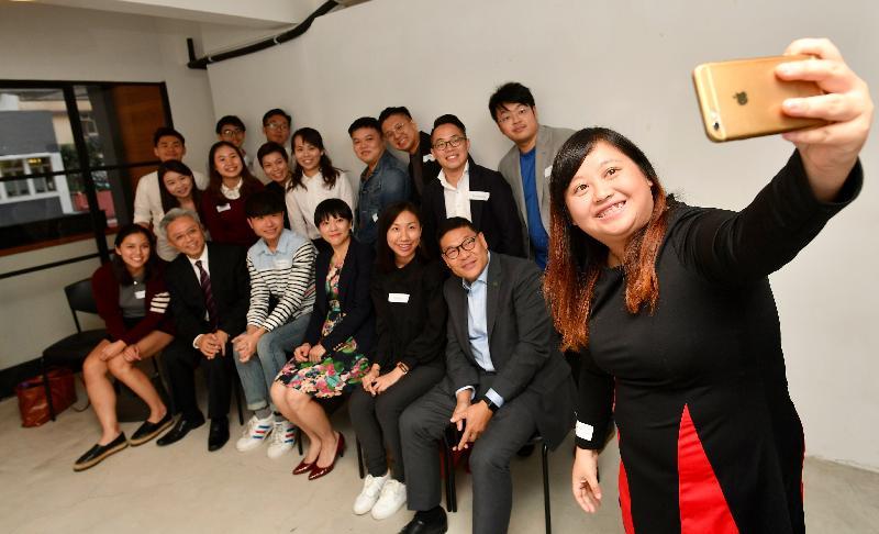 公務員公務員事務局局長羅智光今日(十二月六日)到訪中西區,與「中西區青年地區發展網絡」的成員見面交流。圖示羅智光(前排左二)與青年成員自拍留念。