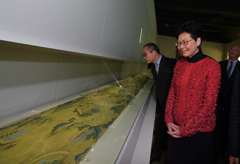 行政長官林鄭月娥(左二)今日(十二月六日)出席「匠心獨運——鐘錶珍寶展」和「絲路山水地圖展」開幕典禮,並參觀展覽。
