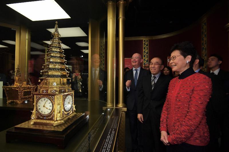 行政長官林鄭月娥(右一)今日(十二月六日)出席「匠心獨運——鐘錶珍寶展」和「絲路山水地圖展」開幕典禮,並參觀展覽。