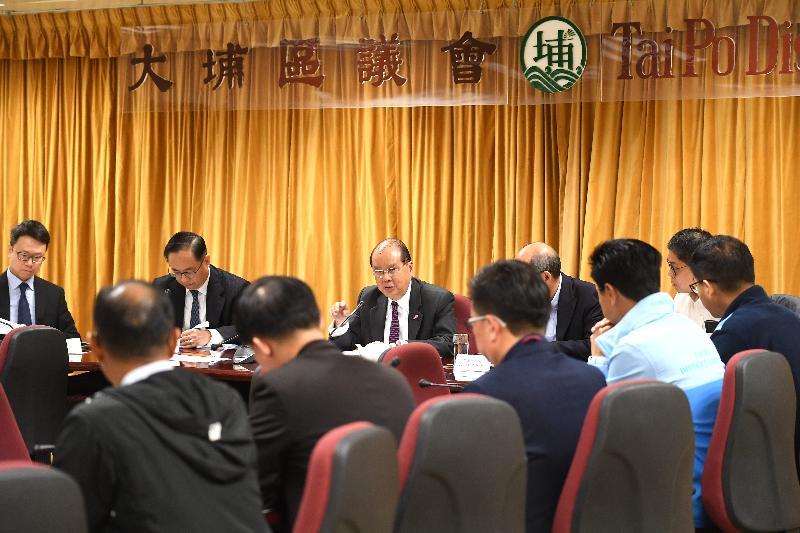 政務司司長張建宗(左三)聯同創新及科技局局長楊偉雄(左二)今日(十二月七日)到訪大埔區並與大埔區議會議員會面。