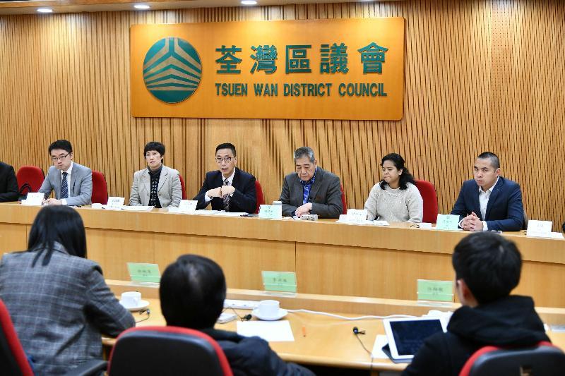 教育局局長楊潤雄(左三)今日(十二月十日)到訪荃灣區議會,與主席鍾偉平(右三)及區議員會面,就教育及其他地區事務交換意見。