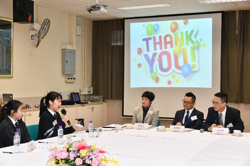 教育局局長楊潤雄(右一)今日(十二月十日)參觀在荃灣的仁濟醫院林百欣中學,與老師及學生交流,了解學校在培育學生參與創新發明的計劃及成果。