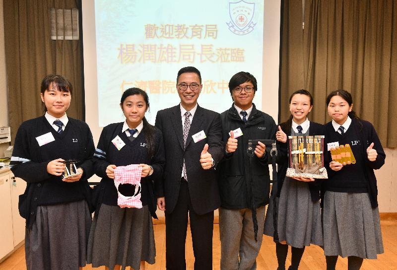 荃灣區仁濟醫院林百欣中學的學生向今日(十二月十日)到訪的教育局局長楊潤雄(左三)展示他們的創意發明。