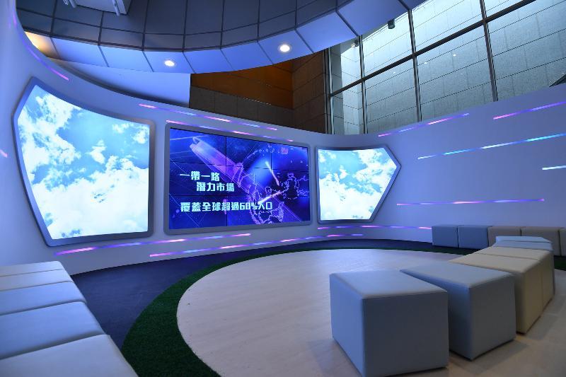 香港特區政府慶祝國家改革開放四十周年:「飛躍四十載 同發展‧共繁榮」展覽今日(十二月十一日)於香港歷史博物館開幕。圖示在未來區的裸眼3D短片。