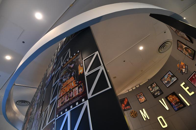 香港特區政府慶祝國家改革開放四十周年:「飛躍四十載 同發展‧共繁榮」展覽今日(十二月十一日)於香港歷史博物館開幕。圖示展覽中的影視區。