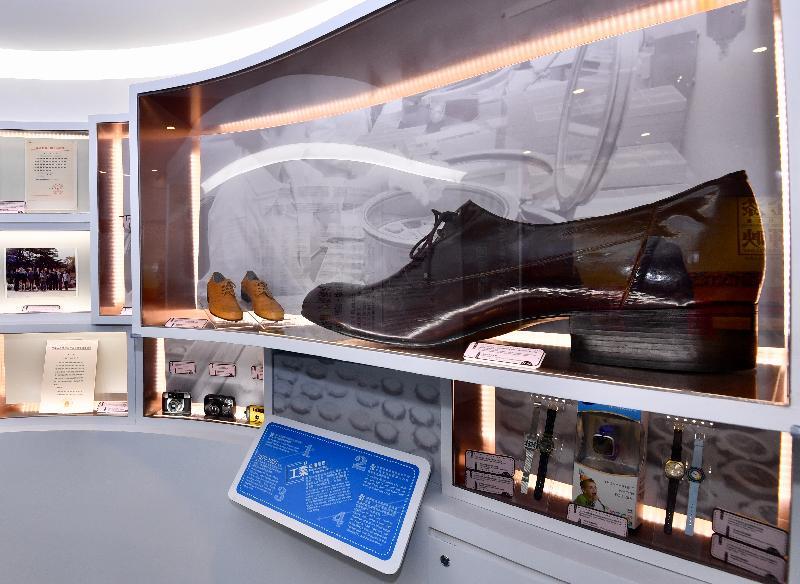 香港特區政府慶祝國家改革開放四十周年:「飛躍四十載 同發展‧共繁榮」展覽今日(十二月十一日)於香港歷史博物館開幕。圖示由香港鞋業總會設計、國内人手製造的超大男裝皮鞋樣本。