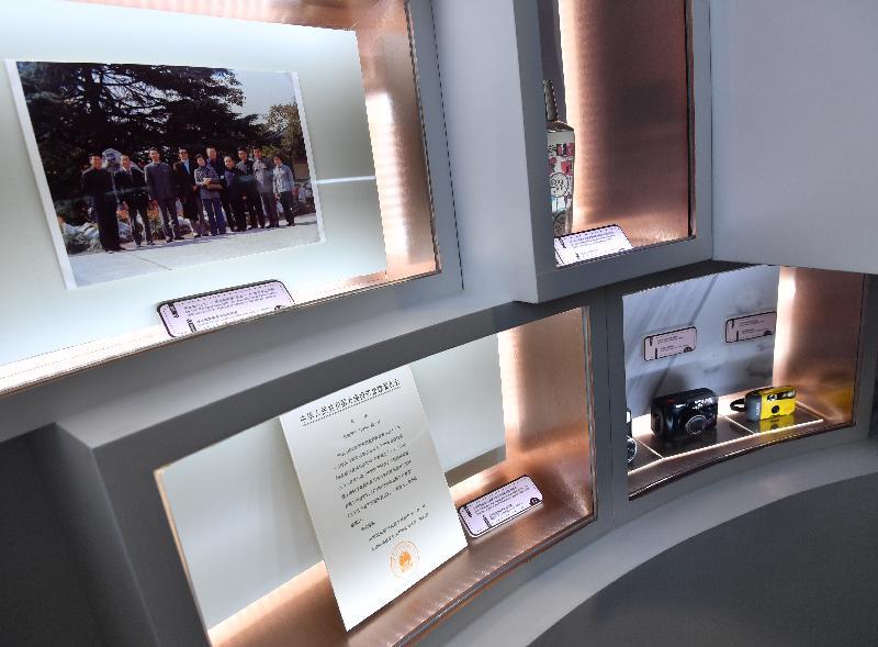香港特區政府慶祝國家改革開放四十周年:「飛躍四十載 同發展‧共繁榮」展覽今日(十二月十一日)於香港歷史博物館開幕。其中展出的展品有中外合資合同,以及不同年代在香港或内地生產的調酒器及相機。