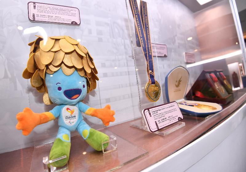 香港特區政府慶祝國家改革開放四十周年:「飛躍四十載 同發展‧共繁榮」展覽今日(十二月十一日)於香港歷史博物館開幕。展品包括香港體育健兒在運動比賽取得的奬牌和吉祥物。