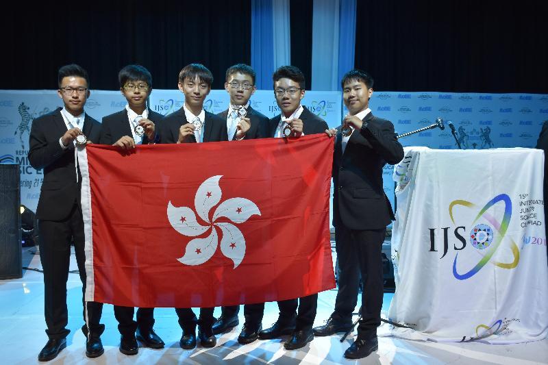 六名學生代表香港參加十二月三至十日在博茨瓦納舉行的「國際初中科學奧林匹克 2018」,表現出色。他們是(左起)章在華、李海泓、周天翼、梁振鋒、丘智健和李鎔智。