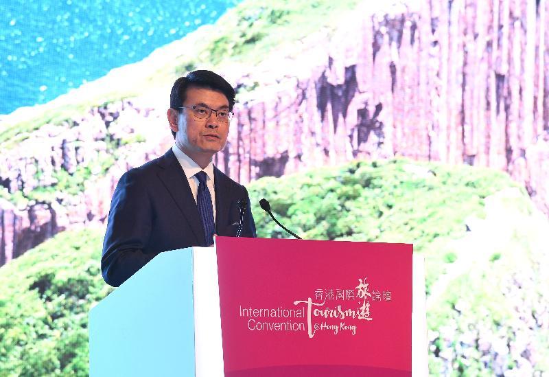 商務及經濟發展局局長邱騰華今日(十二月十二日)出席由政府連同香港旅遊發展局及香港旅遊業議會舉辦的香港國際旅遊論壇,並在「『一帶一路』倡議對國際旅遊業發展的意義」為主題的討論環節上發言。