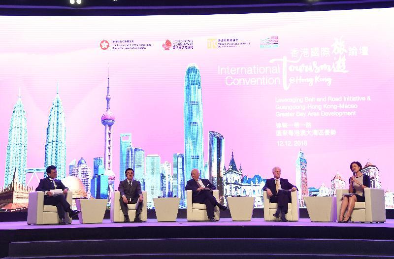 商務及經濟發展局局長邱騰華(左一)今日(十二月十二日)出席香港國際旅遊論壇,並參與「『一帶一路』倡議對國際旅遊業發展的意義」為主題的討論環節。其他主講嘉賓包括驢媽媽創始人和景域集團董事長洪清華(左二)、海洋公園公司董事局主席孔令成(左三)及國泰航空有限公司主席史樂山(右二)。