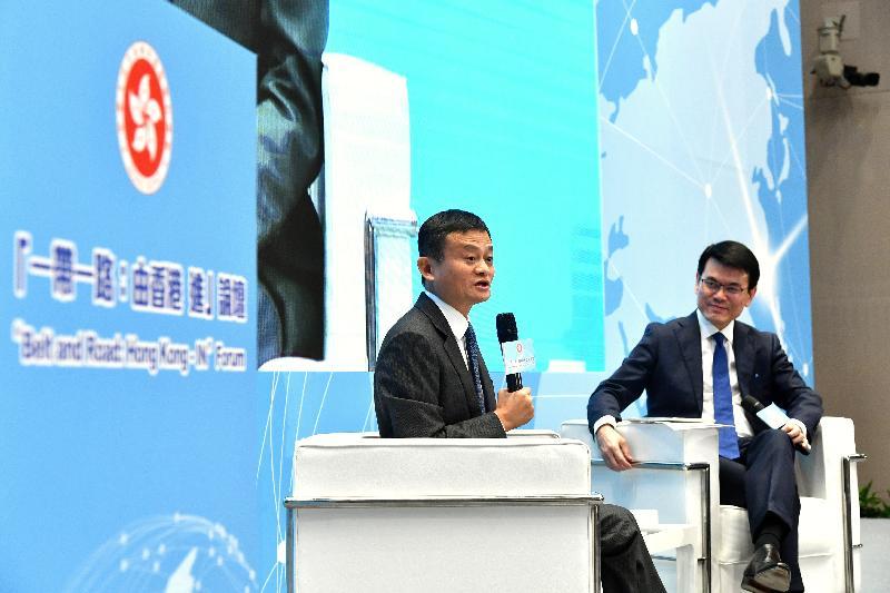 商務及經濟發展局局長邱騰華(右)今日(十二月十二日)出席「一帶一路:由香港 進」論壇,並主持論壇的分享環節,分享環節的主講嘉賓阿里巴巴集團董事局主席馬雲(左)以民企角度分享如何運用香港專業服務和人才等優勢,以香港為跳板進入「一帶一路」市場。