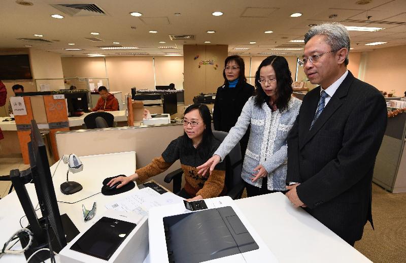 公務員事務局局長羅智光今日(十二月十四日)到訪土地註冊處。圖示羅智光(右一)參觀客戶服務中心,了解前線同事為市民所提供的收契服務。旁為土地註冊處處長張美珠(左二)。
