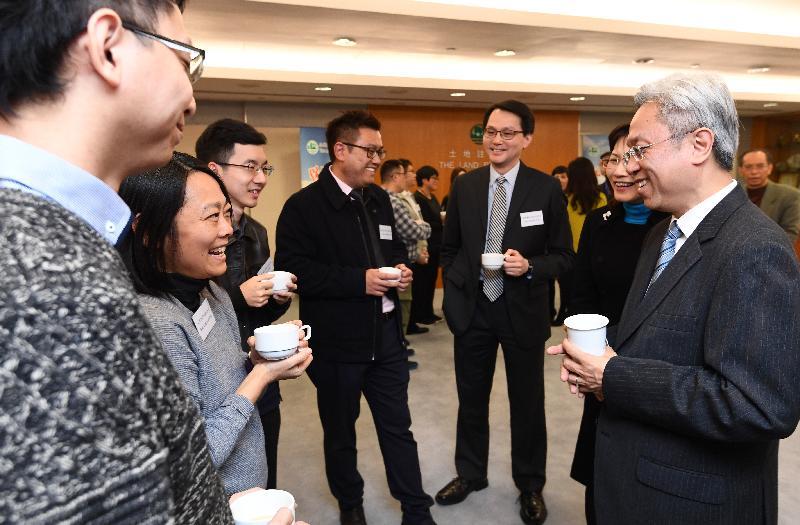 公務員事務局局長羅智光(右一)今日(十二月十四日)到訪土地註冊處,與部門各職系的員工代表茶敍,就他們關注的事宜交換意見。