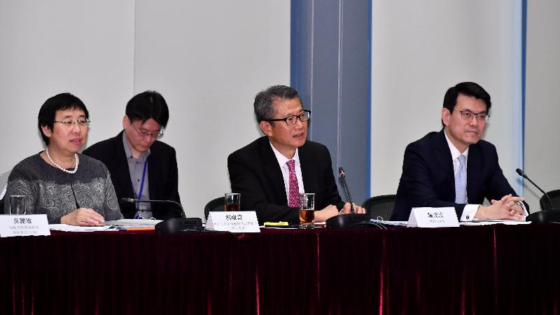 內地與香港經貿合作委員會今日(十二月十四日)在香港舉行首次會議。圖示財政司司長陳茂波(前中)在會上發言,旁為商務及經濟發展局局長邱騰華(前右)和商務及經濟發展局常任秘書長(工商及旅遊)利敏貞(前左)。