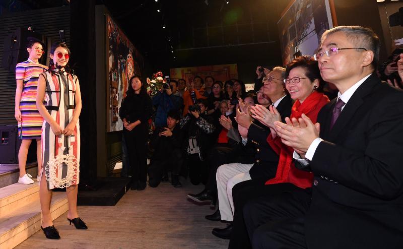 行政長官林鄭月娥今日(十二月十五日)在北京國家文化和旅遊部恭王府博物館出席「2018國家非物質文化遺產展示保護基地系列活動『口傳心授:香港特別行政區非物質文化遺產』展示月」開幕式。圖示林鄭月娥(右二)欣賞長衫展演。