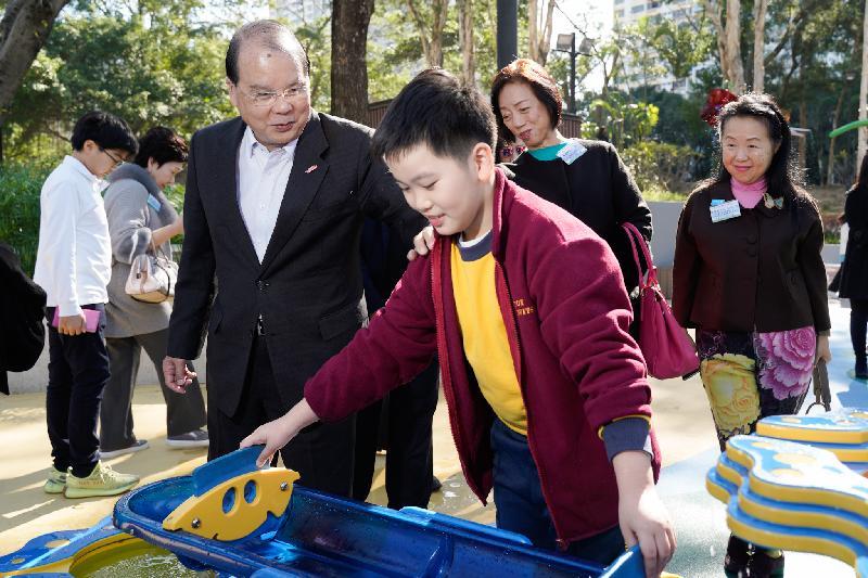 政務司司長張建宗今日(十二月十七日)出席屯門公園共融遊樂場開幕典禮。圖示張建宗(左)參觀遊樂場設施。