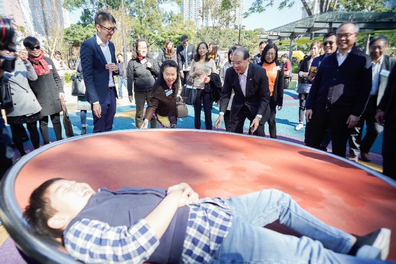 政務司司長張建宗今日(十二月十七日)出席屯門公園共融遊樂場開幕典禮。圖示張建宗(前排右二)、民政事務局局長劉江華(前排右一)和其他嘉賓參觀遊樂場設施。