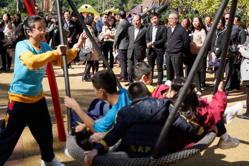 政務司司長張建宗今日(十二月十七日)出席屯門公園共融遊樂場開幕典禮。圖示張建宗(前排左一)、民政事務局局長劉江華(前排左三)和其他嘉賓參觀遊樂場設施。