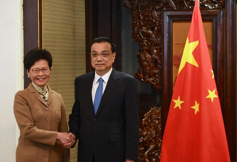 行政長官林鄭月娥(左)今日(十二月十七日)上午在北京向國務院總理李克強述職,匯報香港的最新情況。圖示二人在會面前握手。