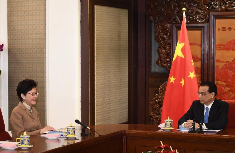 行政長官林鄭月娥(左)今日(十二月十七日)上午在北京向國務院總理李克強述職,匯報香港的最新情況。