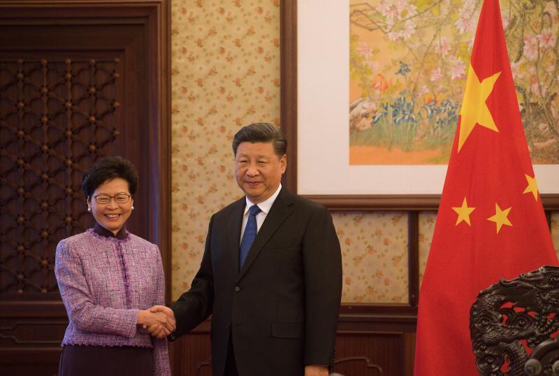 行政長官林鄭月娥(左)今日(十二月十七日)下午在北京向國家主席習近平述職,匯報香港經濟、社會和政治方面的最新情況。圖示二人在會面前握手。