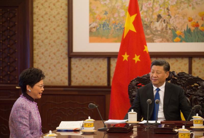行政長官林鄭月娥(左)今日(十二月十七日)下午在北京向國家主席習近平述職,匯報香港經濟、社會和政治方面的最新情況。