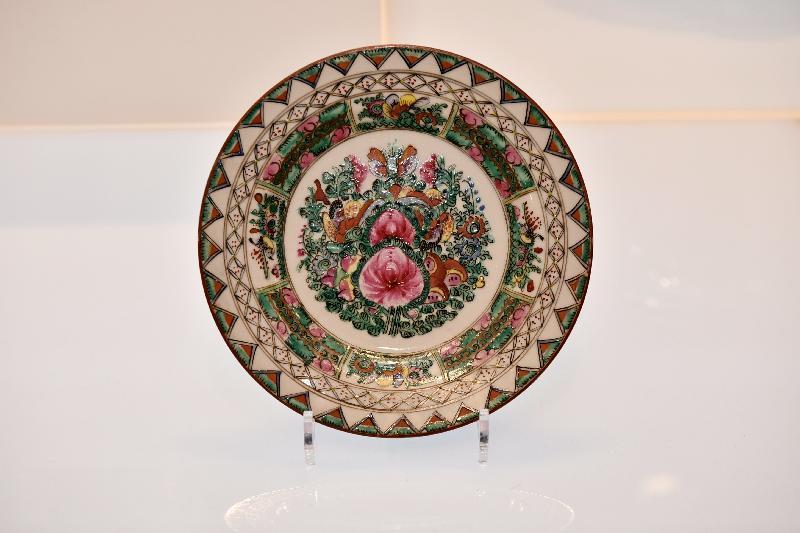 「港彩流金:二十世紀香港彩瓷」展覽今日(十二月十八日)於香港文化博物館開幕。圖示展覽展出廣彩牙邊花心碟。