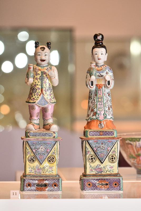 「港彩流金:二十世紀香港彩瓷」展覽今日(十二月十八日)於香港文化博物館開幕。圖示展覽展出仿乾隆粉彩對仙立像。