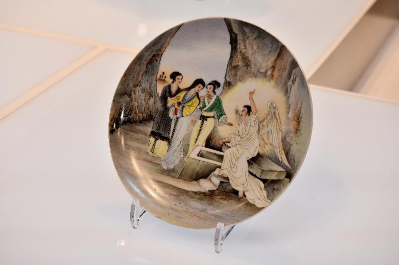 「港彩流金:二十世紀香港彩瓷」展覽今日(十二月十八日)於香港文化博物館開幕。圖示展覽展出報信耶穌復活圖掛碟。