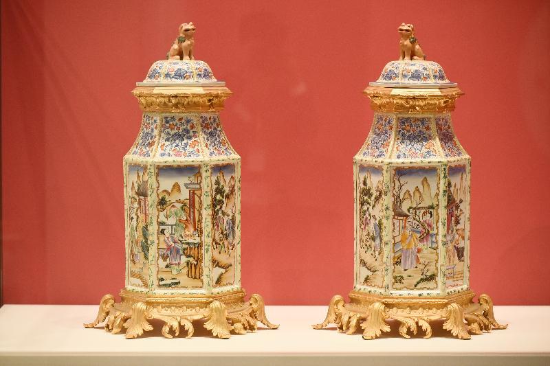 「港彩流金:二十世紀香港彩瓷」展覽今日(十二月十八日)於香港文化博物館開幕。圖示展覽展出仿乾隆廣彩滿大人銅鎏金六角獅頭罎。