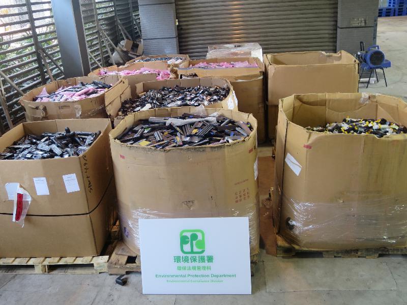 環境保護署今年六月在在葵涌貨櫃碼頭截獲一個從美國進口的貨櫃,載有屬有害電子廢物的廢電池,重量約為九公噸。